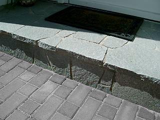 hauseingangspodest aus granitplatten im polygonalen verband. Black Bedroom Furniture Sets. Home Design Ideas